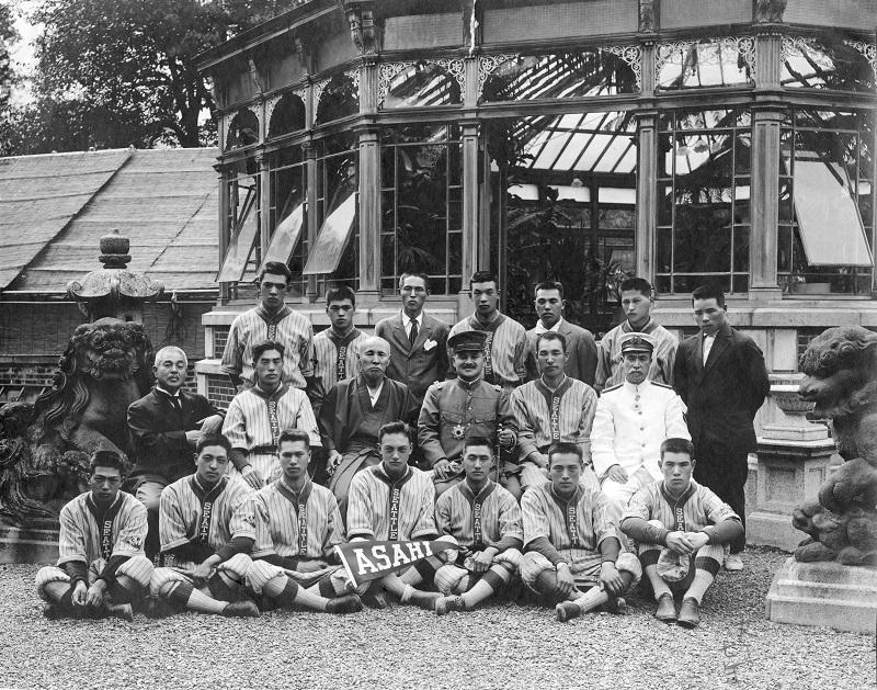 Seattle Asahi visit Sir Ōkuma Shigenobu (middle row, third from left), founder of Waseda University, at his home, ca. 1914-1921TokyoCourtesy of the University of Washington早稲田大学創立者の大隈重信候(中段、左から3人目)の自宅を訪問したシアトル朝日チーム、1914-1921年ごろ東京写真提供: ワシントン大学
