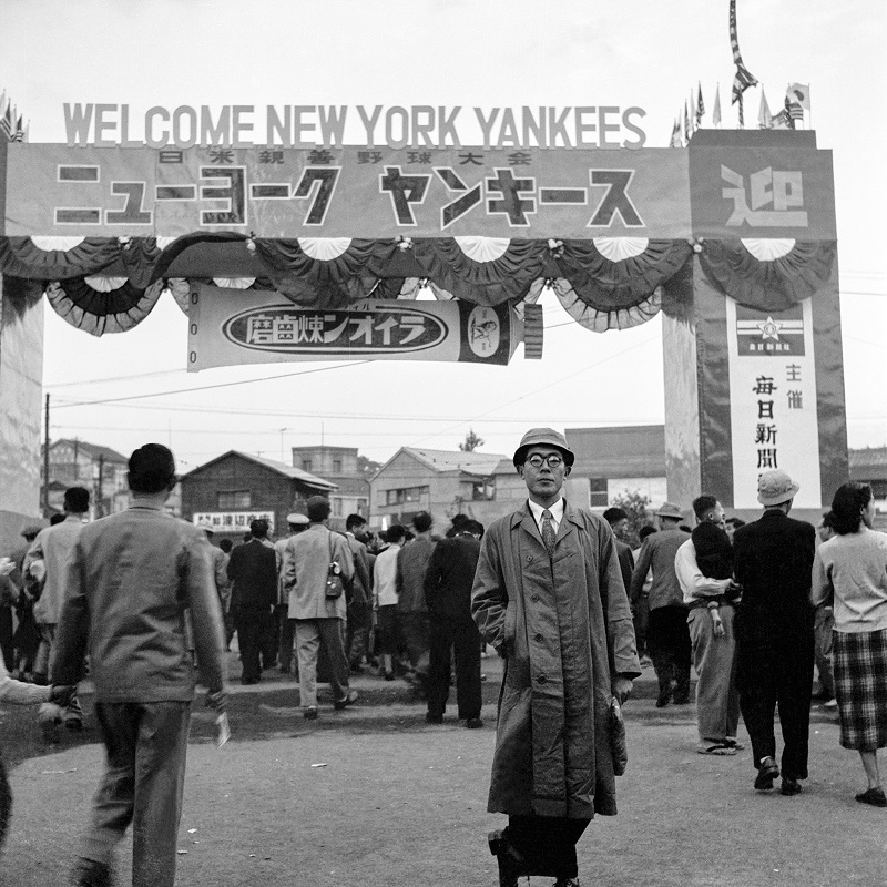 Baseball fan in front of New York Yankees welcome sign, 1955Tokyoニューヨーク・ヤンキースの歓迎サインの前に立つ野球ファン、1955年東京